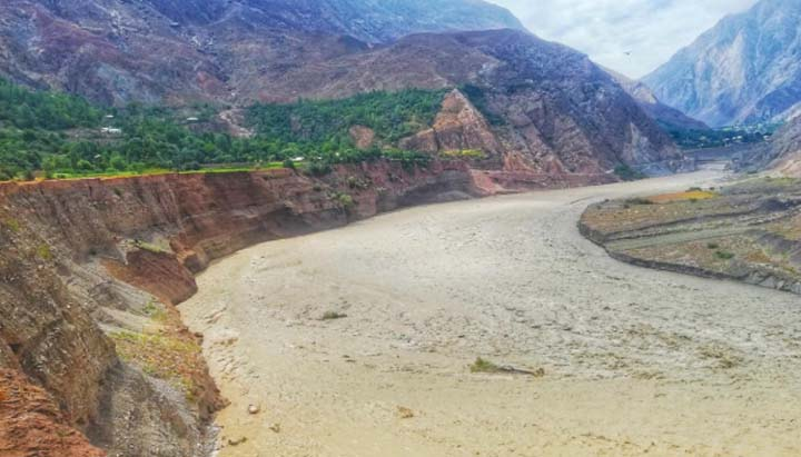 Chitral-Mastuj road being eroded by river at Reshun