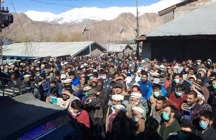Massive public show against district admin in Booni